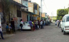 Mujeres beneficiadas de PROSPERA a la espera de irse a un evento del PRI