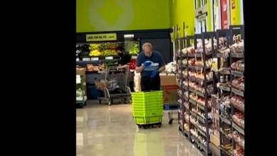 Photo of Asqueroso sujeto «limpia» las canastillas de supermercado con escupitajos
