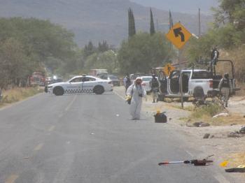 peritos de la fiscalía en la carretera federal Manuel Doblado-Cuerámaro, en la comunidad de Rancho Nuevo de Atotonilquillo