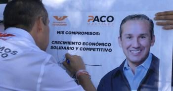 Paco Martinez haciendo la firma de los compromisos de campaña. Foto por Francisco Somoza