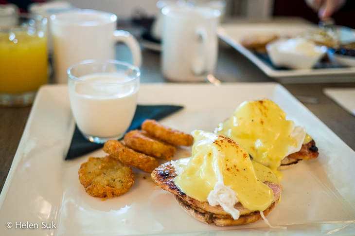 eggs benedict at sir sams inn