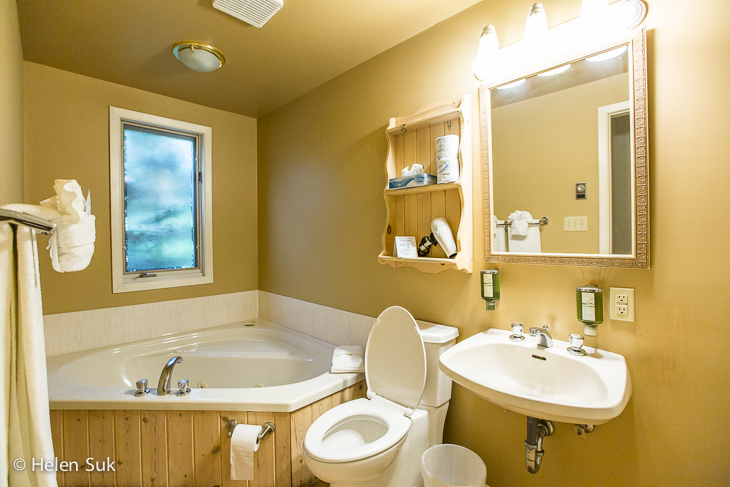 sir sams inn bathroom in glen eagle suite