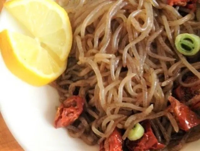 brown shirataki noodles with sundried tomatoes and lemon