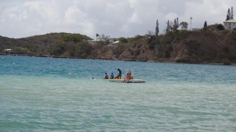 Quelques irréductibles sur le radeau, avec du sable remué par un léger vent d'ouest