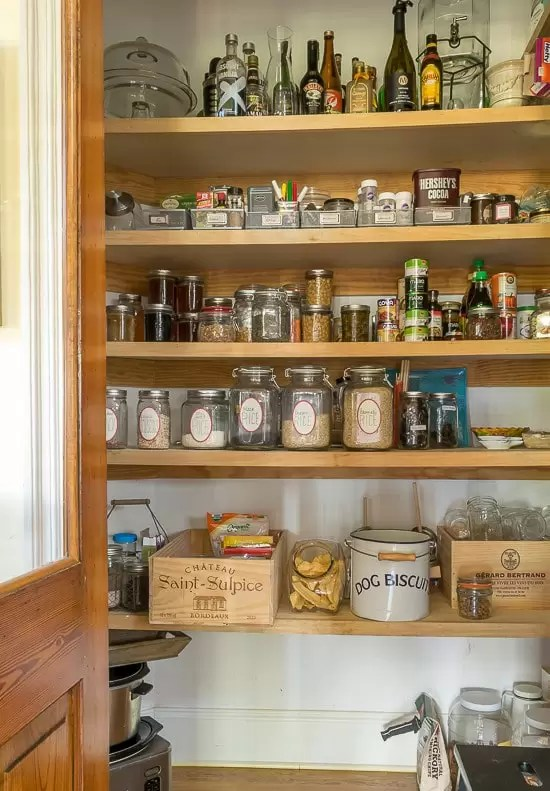 How to keep a clutter-free kitchen and pantry and how to organize my table linens.