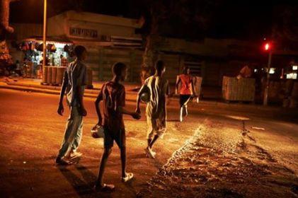 Des talibés dans la nuit à Dakar.