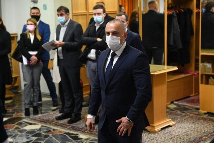 PROFESOR PRAVNOG SE DIGAO PROTIV SNS KARTELA: Evo kako je sve Vučić kršio Ustav 2