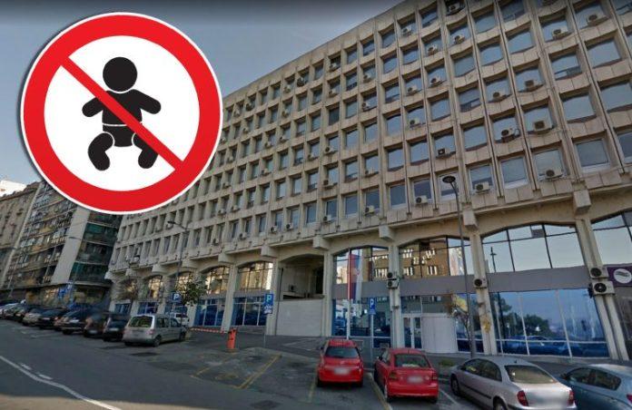 (VIDEO) NOSI JE KUĆI: Majci sa bebom zabranjen ulaz u državnu instituciju! Oterali je! 1