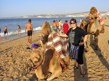Rutas en camello por una playa de Tánger