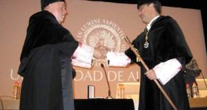 Carmelo Rodríguez recibe el bastón de mando del antguo rector, Pedro Molina.