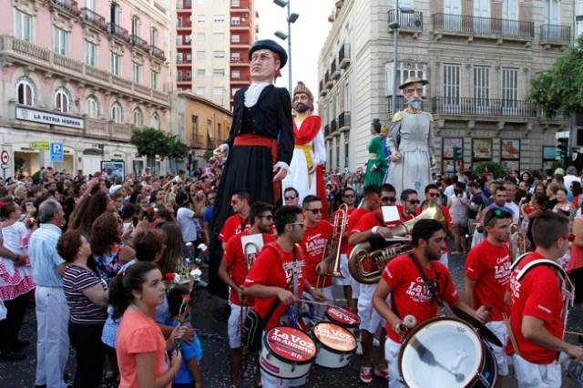 Los tradicionales Gigantes y Cabezudos en la Batalla de Flores.
