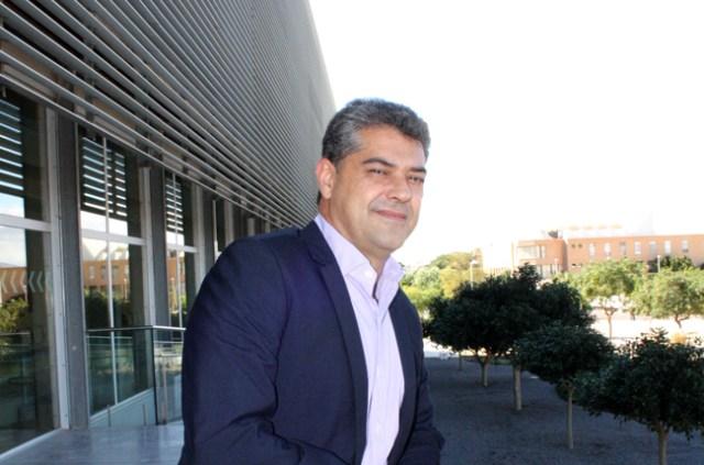 El rector de la Universidad de Almería, en la puerta del nuevo Rectorado de la UAL.