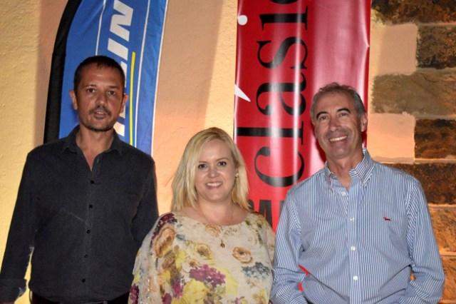 Javier Rovira, organizador del evento, Yolanda Lozano, concejala de Cultura de Níjar, y Javier Deleyto, responsable de Michelin en Almería.