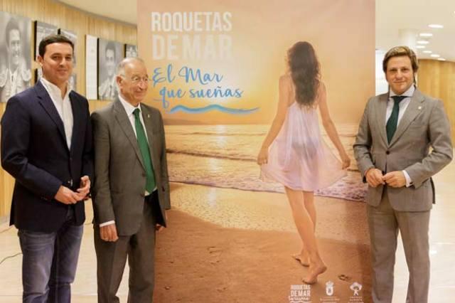 Javier Aureliano García, Gabriel Amat y Luis Miguel Carmona junto a la nueva imagen de Roquetas.