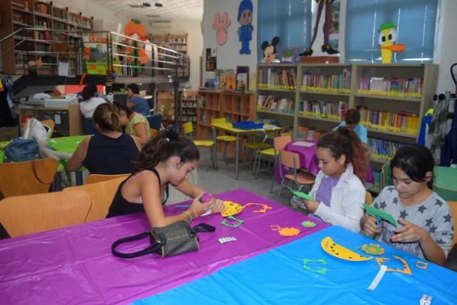 taller-abalorios-feria-biblioteca-gador