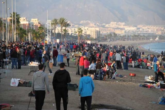 La Moragas de Roquetas reúnen a miles de personas en la playa.