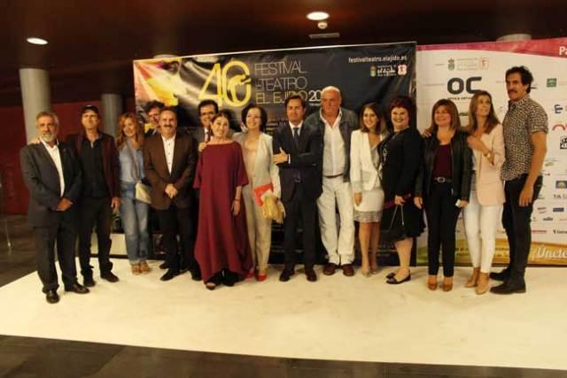 Actores y autoridades que participaron en la gala de presentación del Festival de Teatro de El Ejido.
