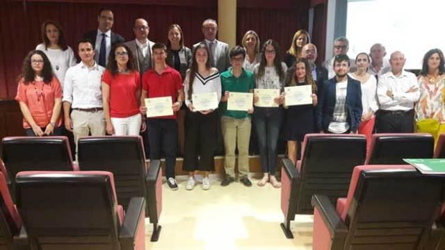 Alumnos galardonados, junto a los responsables de Eduación.