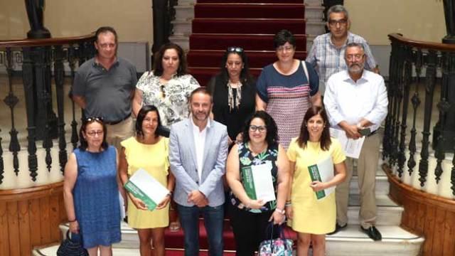 El delegado de Economía, Innovación, Ciencia y Empleo junto a representantes de los ayuntamientos y asociaciones apoyados y un técnico y el jefe del Servicio de Comercio de la Junta en Almería.