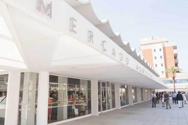 Aspecto exterior del mercado de abastos de Roquetas, tras su remodelación.