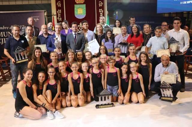Foto de familia con los ganadores de los Premios del Deporte Ejidense.