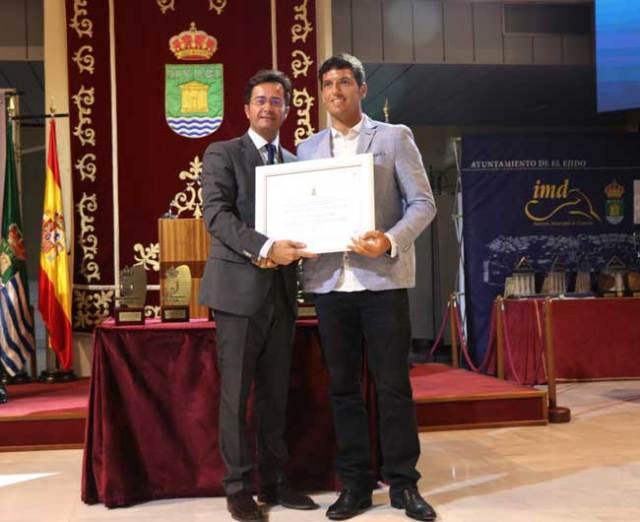 Víctor Fernández recibió su distinción como embajador de El Ejido.