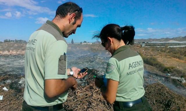Agentes de la Junta de Andalucía investigan una quema agrícola.