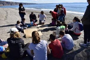Sasi Barroso dirigiendo el cuentacuentos a los niños
