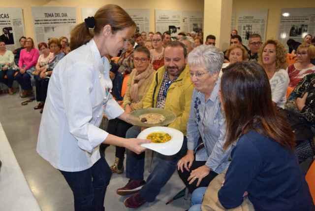 El público comprueba el resultado de hacer una sobrehusa con el  sobrante de una olla de trigo.