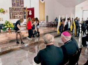 STRIPTEES IN CHURCH