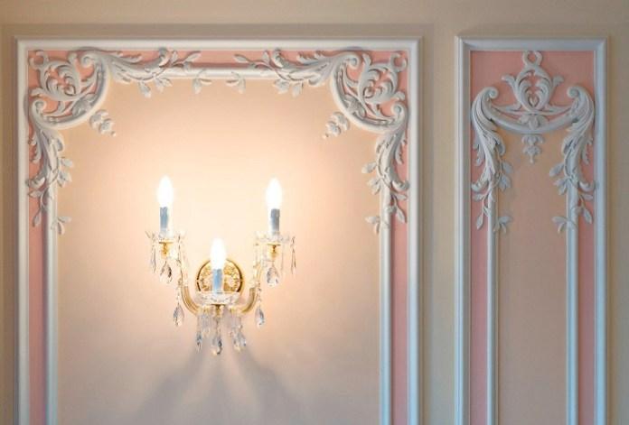Декор из лепнины на стене. / Фото: dekorhome.ru