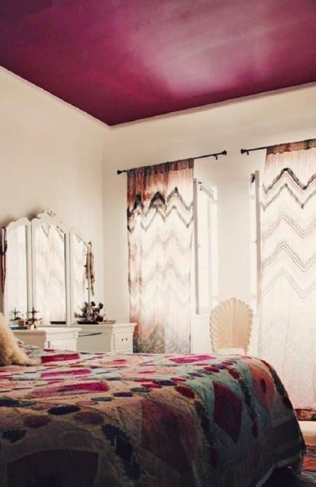 Малиновый потолок в интерьере спальни. / Фото: rubankom.com