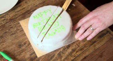 Хитрость для того, чтобы больше никогда не есть подсохший торт. /Фото: sovet.boltai.com