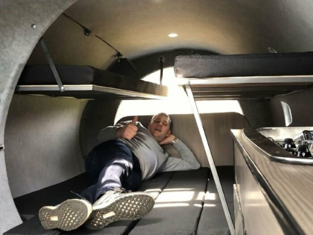 Диваны в гостиной легко трансформируются в спальное место.  |  Фото: insider.com.
