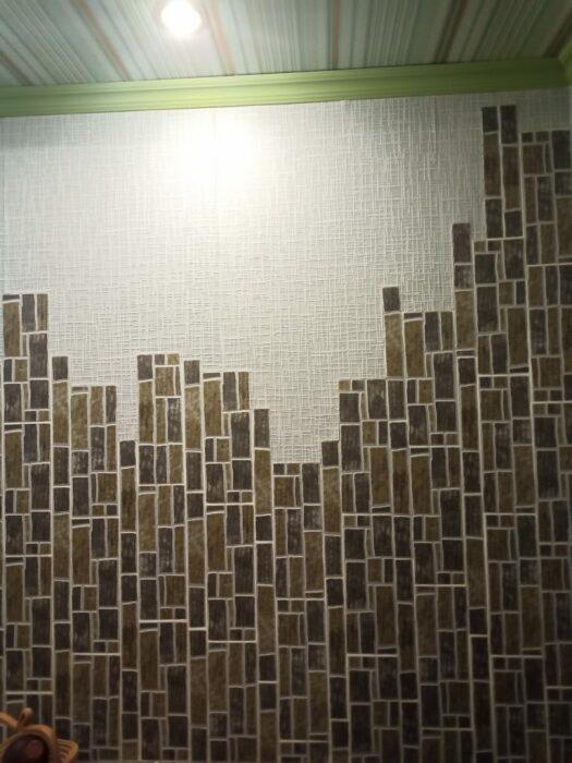 Несмотря на разную ширину пространства между плитками, общее панно получилось довольно оригинальным.  |  Фото: lemurov.net.