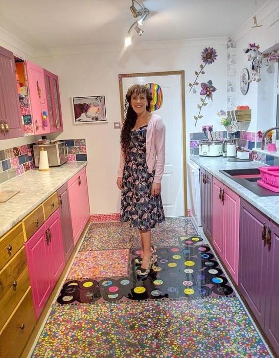 Теперь Соня Бартон может наслаждаться и обновленной кухней и тем, что так эффектно отомстила мужу.   Фото: medialeaks.ru.