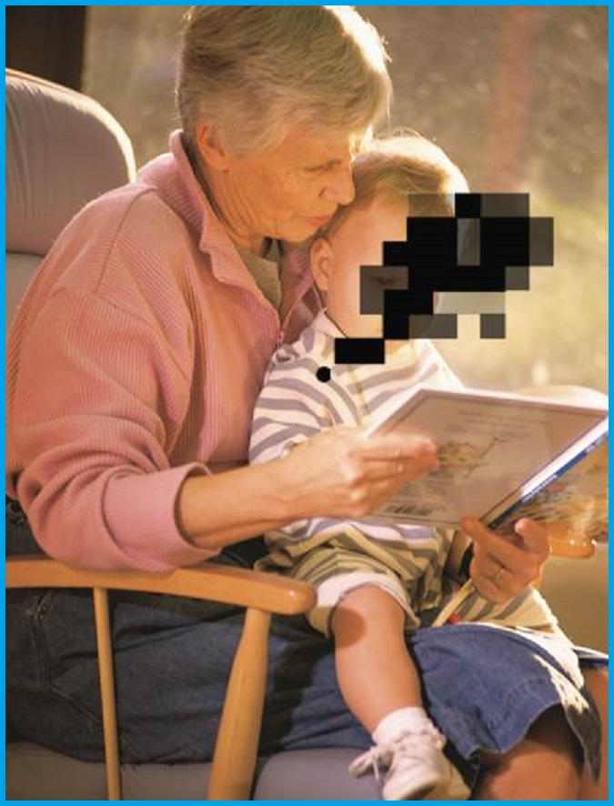 Oma mit Enkel auf dem Schoß, Skotom verdekt das Gesicht des Enkels