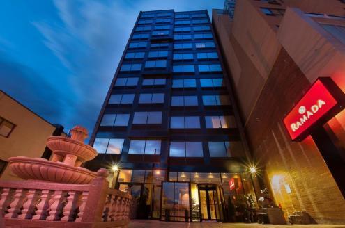 Uma das opções de hotéis no Queens é o Ramada