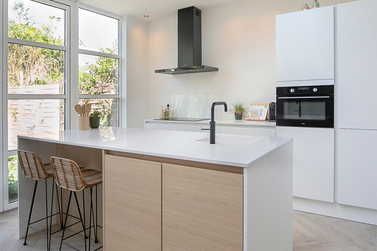 mat-witte-keuken-met-hout-1