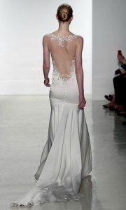 Vestido de Kenneth Poolcon con  espalda al aire, y cola de doble efecto.
