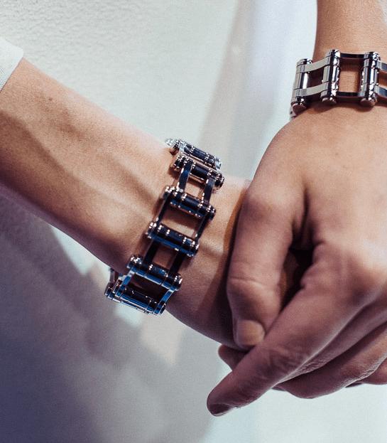 (Balenciaga) Metalic Cuff - braceletes simétricos, geométrico, dinâmicos e metálicos para garantir um ar futurista é uma das apostas para 2015.