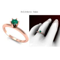 Este Anel solitário é uma joia clássica. O modelo foi desenvolvido junto de nossos clientes, que buscam a perfeição em uma joia. Anel Solitário de Ouro Rosé com uma Esmeralda de 28 pontos.