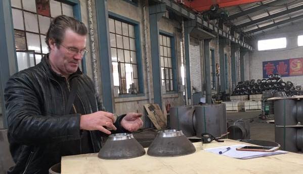 инспектор в Китае проводит проверку качества фитингов
