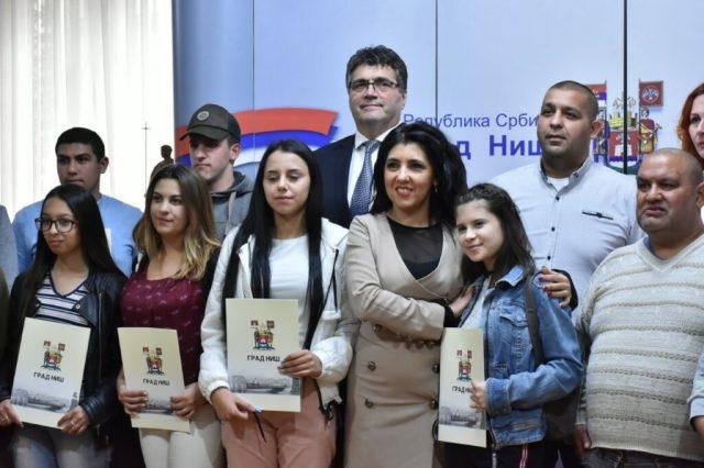 Srednjoškolci Romi dobili stipendije od Grada Niša
