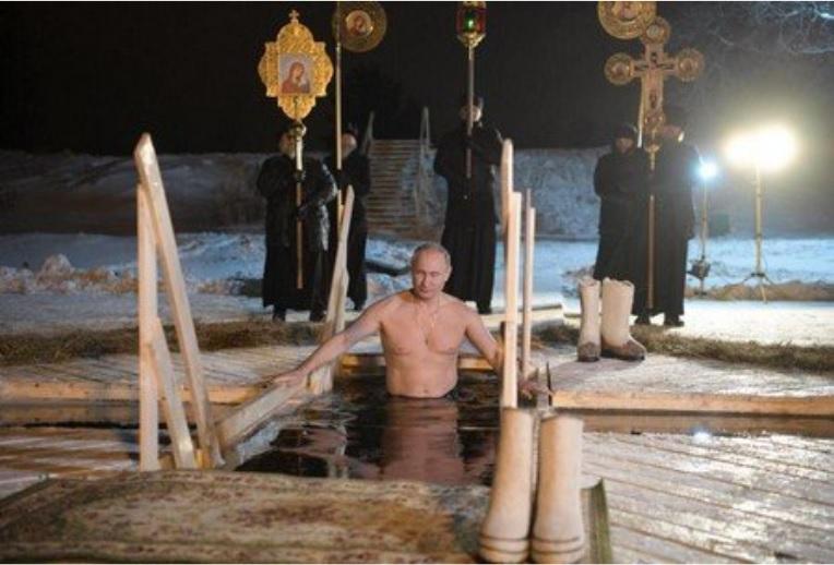 Президентът Путин спази традицията на Богоявление и се потопи в ледените води на езерото Селигер (ВИДЕО)