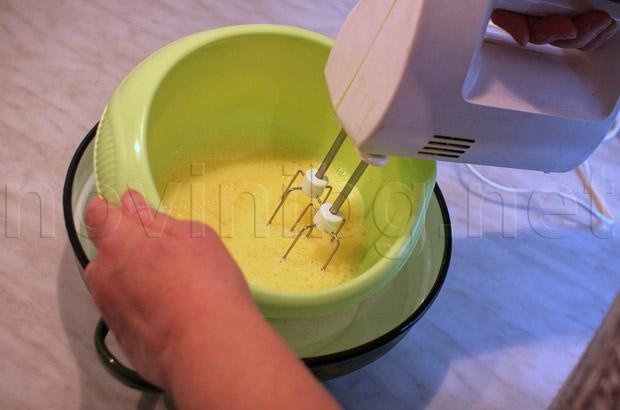 Кекс с какао - разбиване на яйцата