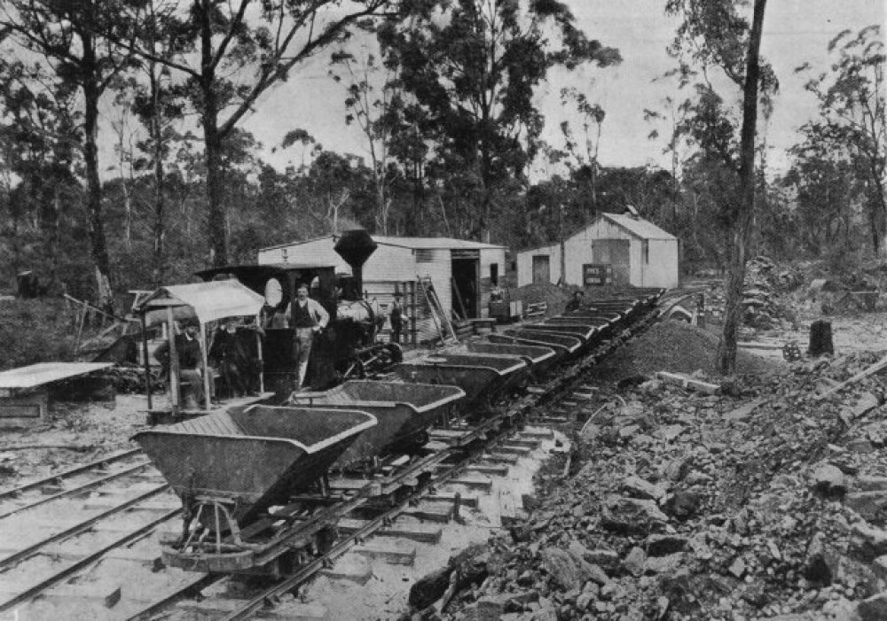 The Sandfly Colliery and Tramway circa 1907. Krauss locomotive at the jetty terminus. Beattie photo via Flickr user Traniac - https://www.flickr.com/photos/29903115@N06/14217180887