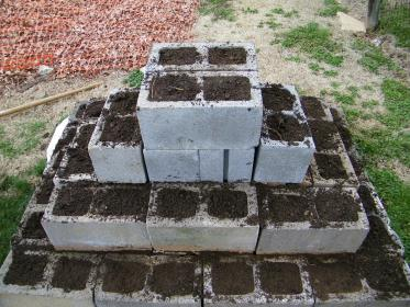 garden cinder block pyramid strawberry blocks strawberries update gardening concrete tiers wall eclecticmomma beds grow gardens build plants side could