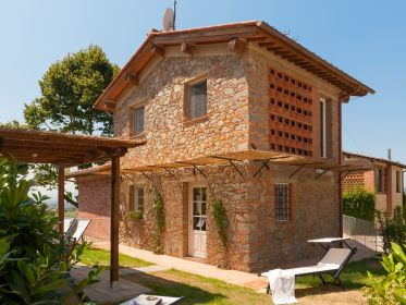 Typical Tuscan house with: enclosed garden, air