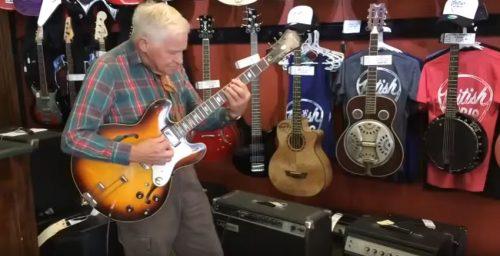 Старичок решил проверить гитару перед покупкой
